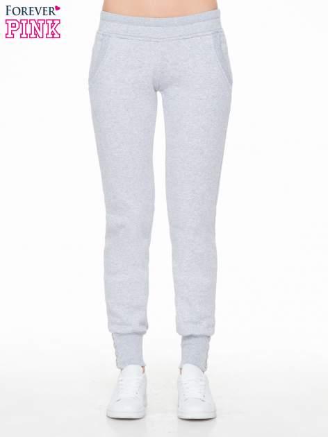 Szare spodnie dresowe z guziczkami przy ściągaczu