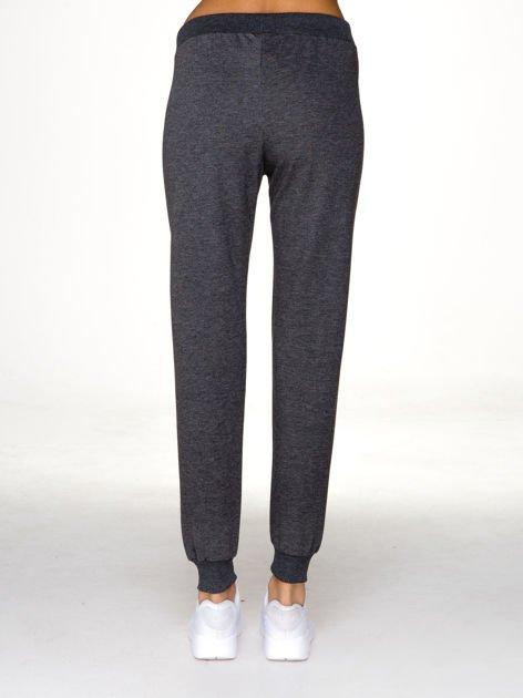 Szare spodnie dresowe z napisem RUN na nogawce