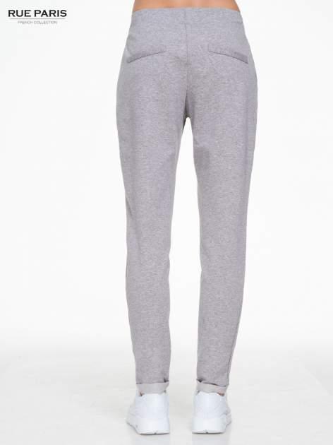 Szare spodnie dresowe z zakładkami przy kieszeniach                                  zdj.                                  4