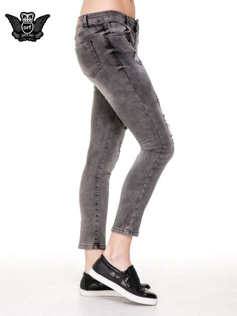 Szare spodnie skinny jeans z dziurami podszytymi koronką                                  zdj.                                  3