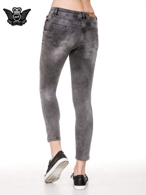 Szare spodnie skinny jeans z dziurami podszytymi koronką                                  zdj.                                  4