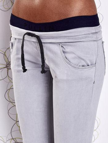 Szare spodnie z przeszyciami i granatową gumką w pasie                                  zdj.                                  4