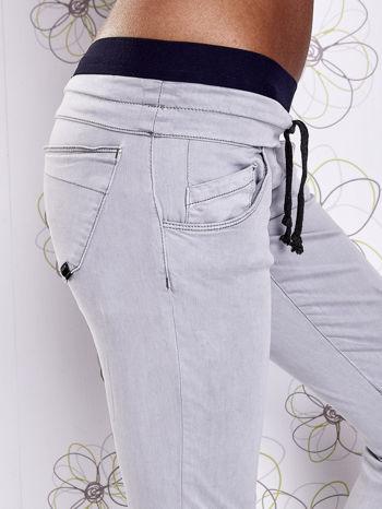 Szare spodnie z przeszyciami i granatową gumką w pasie                                  zdj.                                  5