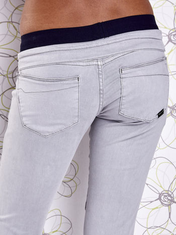 Szare spodnie z przeszyciami i granatową gumką w pasie                                  zdj.                                  6