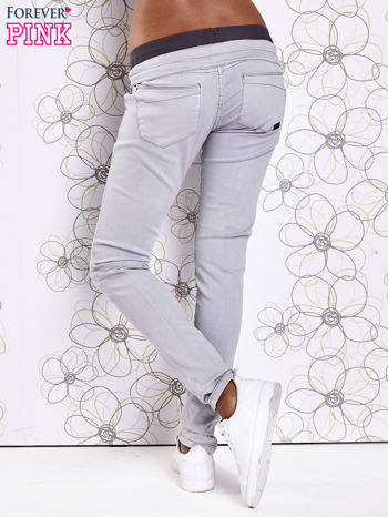 Szare spodnie z przeszyciami i kolorową gumką w pasie                                  zdj.                                  3