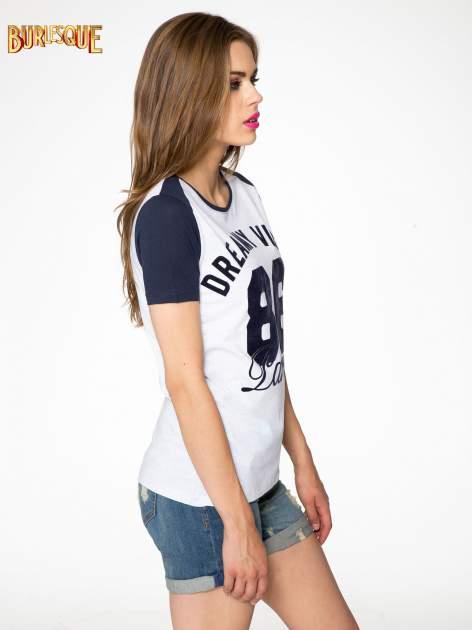 Szaro-granatowy t-shirt z napisem DREAMY VIBES 86 PARIS                                  zdj.                                  3