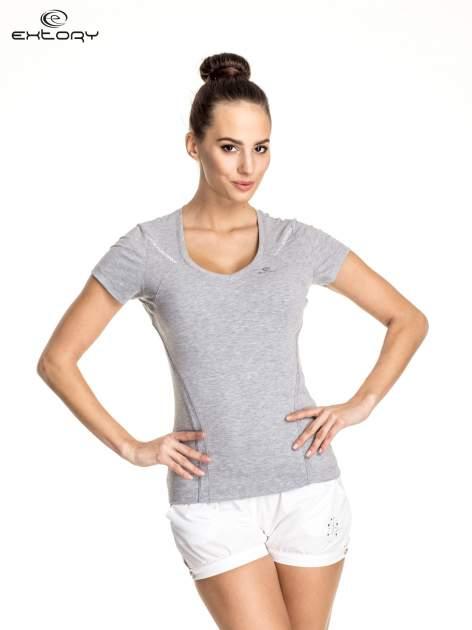 Szary damski t-shirt sportowy ze wzorzystymi wstawkami
