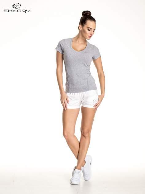Szary damski t-shirt sportowy ze wzorzystymi wstawkami                                  zdj.                                  2