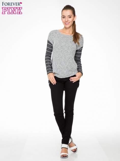 Szary melanżowy sweter z pasiastym tyłem i rękawami                                  zdj.                                  2