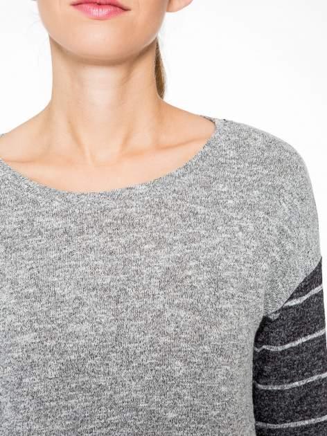 Szary melanżowy sweter z pasiastym tyłem i rękawami                                  zdj.                                  6