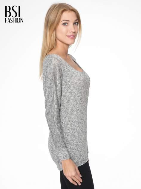 Szary melanżowy sweterek o luźnym kroju z kieszonką                                  zdj.                                  3