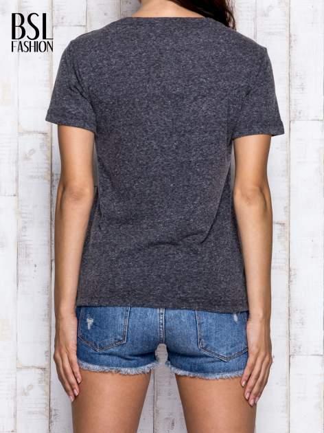 Szary melanżowy t-shirt z trójkątnym dekoltem                                  zdj.                                  2