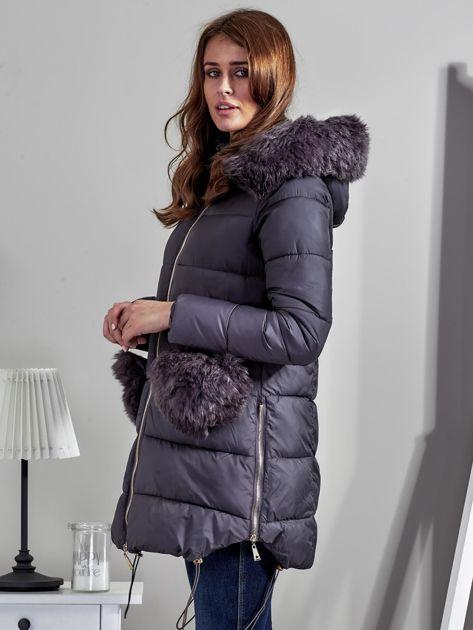 Szary płaszcz z futrzanymi kieszeniami                              zdj.                              3