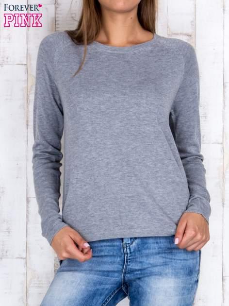 Szary sweter z dłuższym tyłem i zakładką na plecach