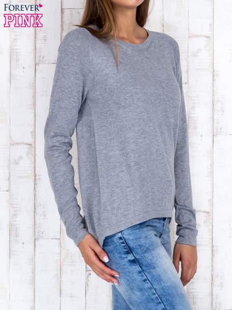 Szary sweter z dłuższym tyłem i zakładką na plecach                                  zdj.                                  3