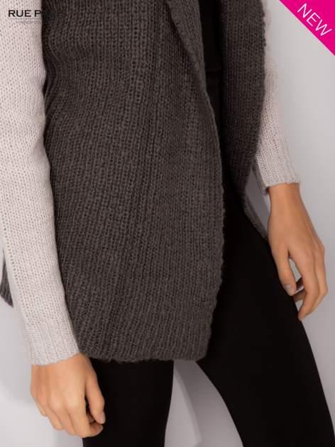 Szary sweter z kontrastowymi rękawami i paskiem                                  zdj.                                  6