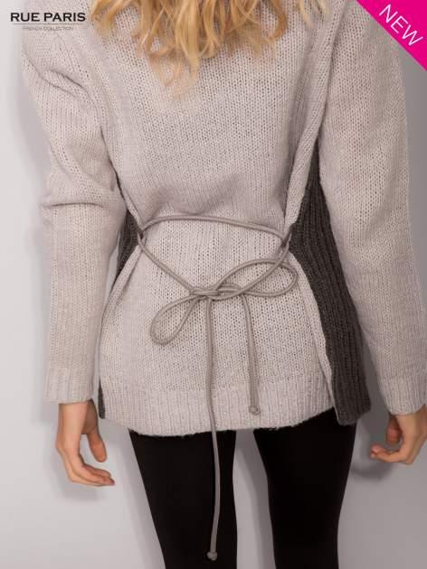 Szary sweter z kontrastowymi rękawami i paskiem                                  zdj.                                  7