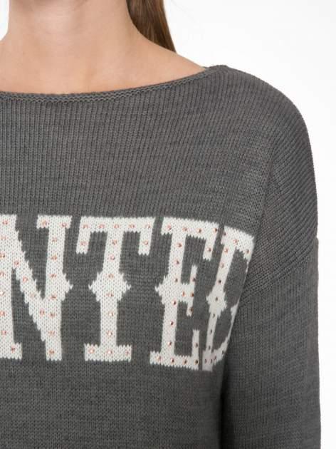 Szary sweter z nadrukiem WANTED i dżetami                                  zdj.                                  5