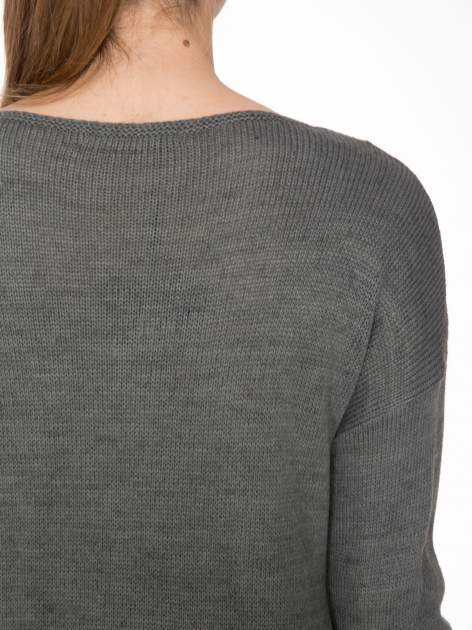 Szary sweter z nadrukiem WANTED i dżetami                                  zdj.                                  7