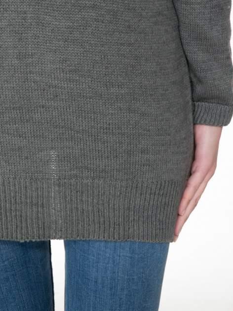 Szary sweter z nadrukiem WANTED i dżetami                                  zdj.                                  8