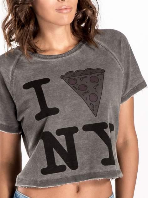 Szary t-shirt cropped z motywem pizzy                                  zdj.                                  6