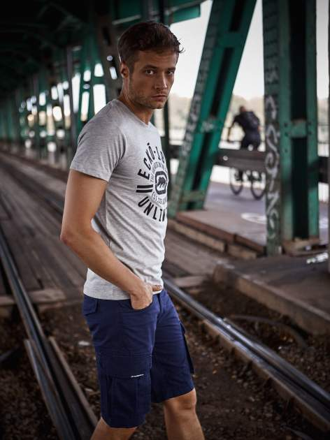 Szary t-shirt męski z czarnym logiem                                  zdj.                                  9