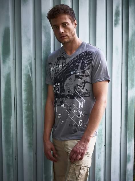Szary t-shirt męski z miejskim nadrukiem                                  zdj.                                  9