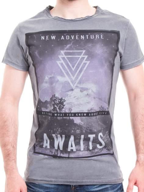 Szary t-shirt męski z nadrukiem NEW ADVENTURE AWAITS                                  zdj.                                  4