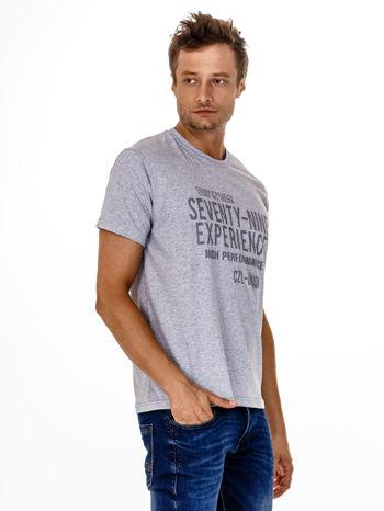Szary t-shirt męski z nadrukiem napisów                                  zdj.                                  4