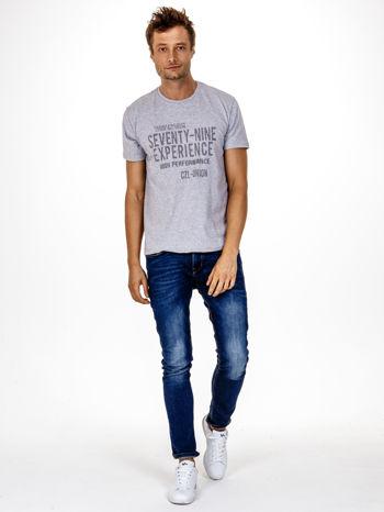 Szary t-shirt męski z nadrukiem napisów                                  zdj.                                  3