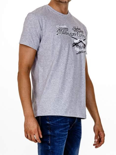 Szary t-shirt męski z nadrukiem napisów w sportowym stylu                                  zdj.                                  4