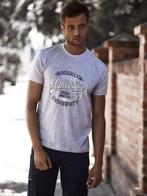 Szary t-shirt męski z napisem BROOKLYN ATHLETIC UNIVERSITY                                  zdj.                                  1