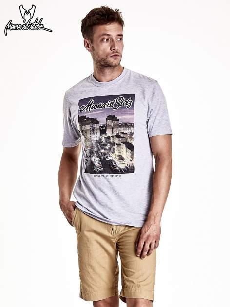 Szary t-shirt męski ze zdjęciem miasta                                  zdj.                                  2