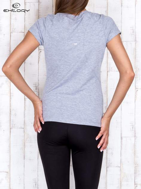 Szary t-shirt sportowy z pikowaną wstawką PLUS SIZE                                  zdj.                                  4
