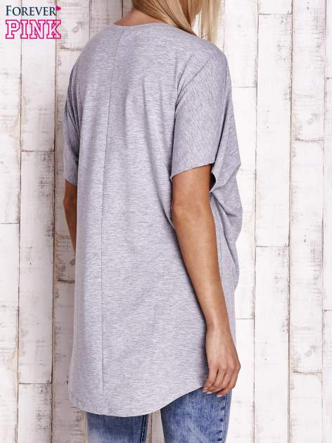 Szary t-shirt z biżuteryjnym napisem AMORE                                  zdj.                                  4