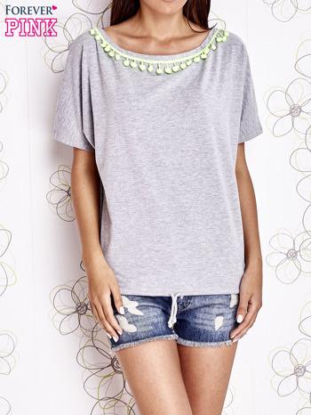 Szary t-shirt z limonkowymi pomponikami przy dekolcie