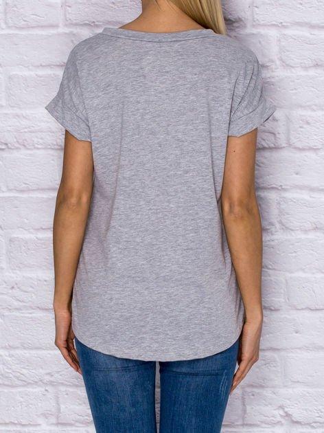 Szary t-shirt z malarskim nadrukiem                                  zdj.                                  2