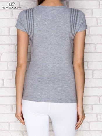 Szary t-shirt z modelującym nadrukiem