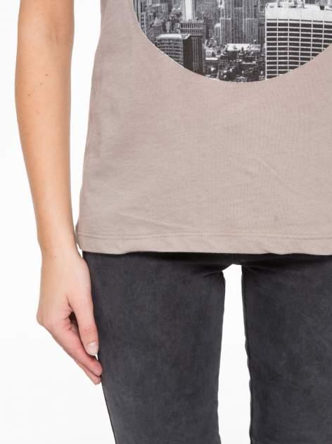 Szary t-shirt z nadrukiem NYC zdobiony dżetami                                  zdj.                                  7