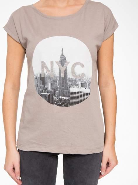 Szary t-shirt z nadrukiem NYC zdobiony dżetami                                  zdj.                                  8