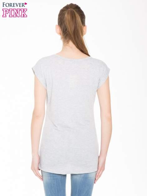Szary t-shirt z nadrukiem dziewczyny w blogerskim stylu                                  zdj.                                  3