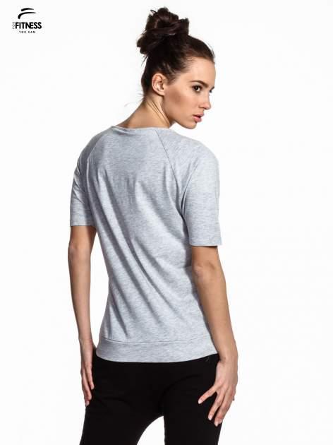Szary t-shirt z napisem WORKING ON A NEW ME                                  zdj.                                  3