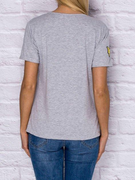Szary t-shirt z naszywkami                              zdj.                              2