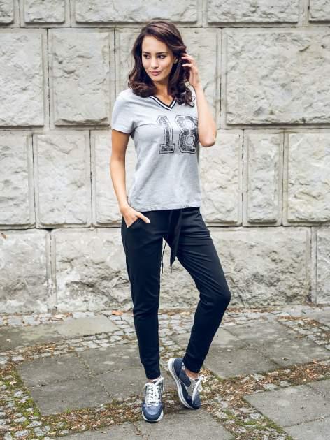 Szary t-shirt z numerem i sportową lamówką w stylu college                                  zdj.                                  6