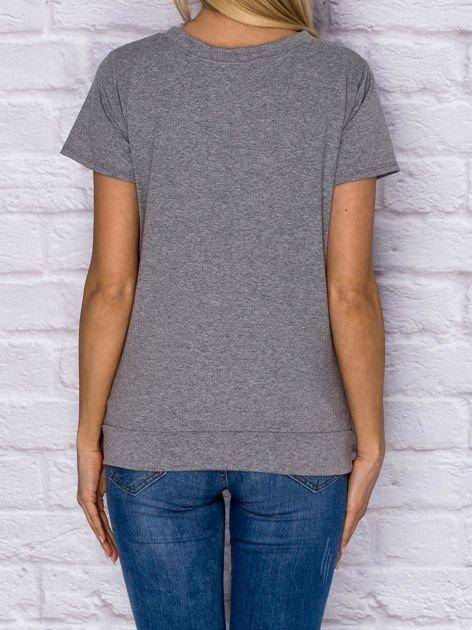 T-shirt damski z wiązaniem i naszywkami szary                              zdj.                              2