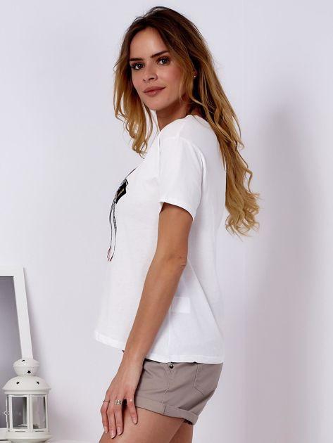 T-shirt ecru z kobiecą naszywką                              zdj.                              5