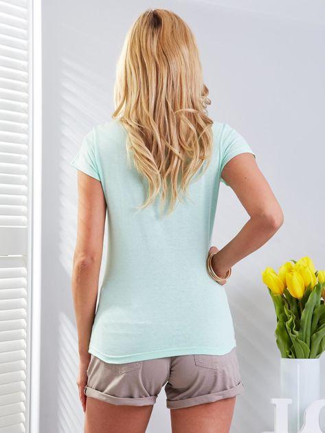 T-shirt miętowy z motylem                              zdj.                              3