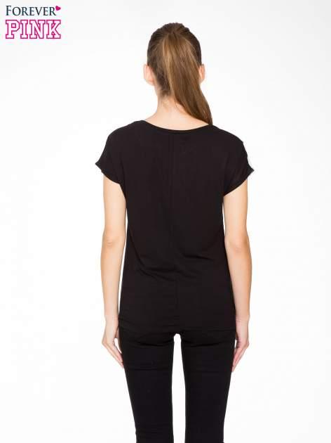 T-shirt z nadrukiem w stylu retro i czarnym tyłem                                  zdj.                                  4
