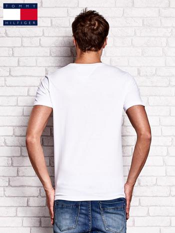TOMMY HILFIGER Biały t-shirt męski z nadrukiem flagi                                  zdj.                                  3