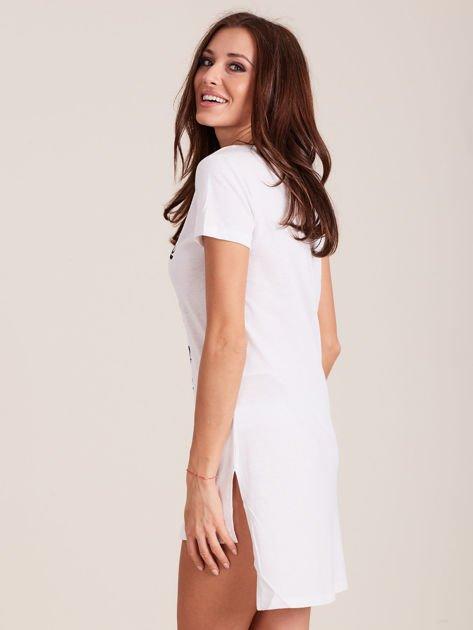 Biała koszula nocna z dłuższym tyłem                              zdj.                              3